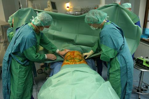 Операционное поле обрабатывают в перчатках